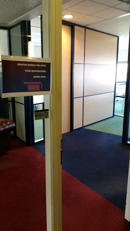Vanuit de lift de deur door en dan rechtsaf. De praktijk is in de hoek.