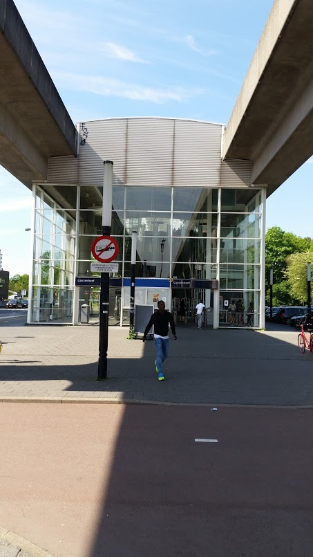 Metro- en busstation Ganzenhoef is aan de overkant